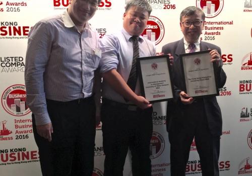 2016-07-14 國際專業管理研究中心有幸獲HK Business 選為全港「Largest MBA Programmes」,當晚周力行先生代表接受獎牌